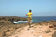 roweru chłopiec halni wycieczki turysycznej potomstwa Zdjęcie Royalty Free