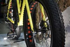 ROWERU expo 2017, Kijów, Ukraina Zamyka w górę widoku koła roweru bicyklu, rower górski Fotografia Stock
