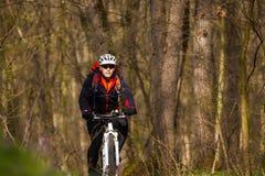 Roweru Górskiego cyklista jedzie pojedynczego ślad Obrazy Royalty Free