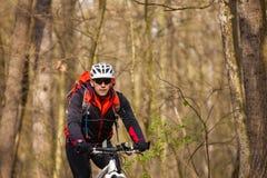 Roweru Górskiego cyklista jedzie pojedynczego ślad Obraz Stock
