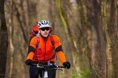 Roweru Górskiego cyklista jedzie pojedynczego ślad Obrazy Stock