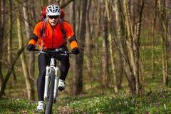 Roweru Górskiego cyklista jedzie pojedynczego ślad Zdjęcia Stock