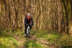 Roweru Górskiego cyklista jedzie pojedynczego ślad Zdjęcia Royalty Free