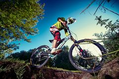Roweru górskiego cyklista robi wyczynowi kaskaderskiemu na mtb rowerze Zdjęcie Stock