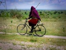 roweru mężczyzna Mara masai jazda Obrazy Royalty Free