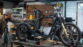 roweru naprawianie Dwa mężczyzna z brodą tworzą obyczajowego motocykl zdjęcie wideo