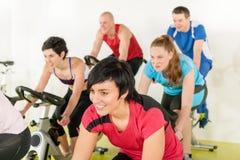 roweru sprawności fizycznej grupy gym ludzie Zdjęcie Royalty Free