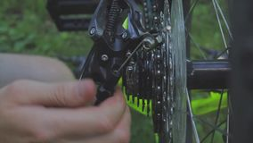 Roweru zgromadzenie Mechanika naprawianie toczy wewnątrz rowerowego ` s warsztat Mechanika naprawiania bicykl w warsztacie Bicykl zdjęcie wideo