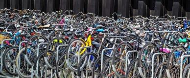 Rowery jechać na rowerze i jechać na rowerze w kapitale holandie, Amsterdam Zdjęcia Royalty Free