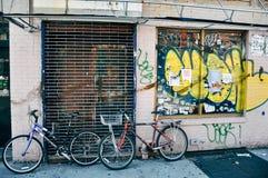 Rowery opiera na graffiti ścianie w Niskiej wschodniej części Manhattan Zdjęcia Stock
