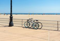 Rowery parkujący przy plażą obraz stock