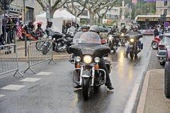 Rowerzyści jedzie w ulewnym deszczu obrazy royalty free