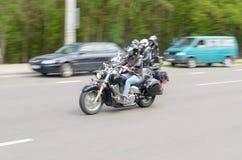 Rowerzyści na ich motocyklach w dodatków specjalnych ubraniach jadą kołnierz na obrzeżach miasto Brest Zdjęcia Stock