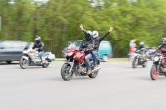 Rowerzyści na ich motocyklach w dodatków specjalnych ubraniach jadą kołnierz na obrzeżach miasto Brest Zdjęcie Royalty Free