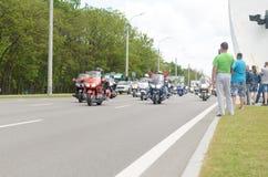 Rowerzyści na ich motocyklach w dodatków specjalnych ubraniach jadą kołnierz na obrzeżach miasto Brest Obraz Stock