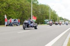 Rowerzyści na ich motocyklach w dodatków specjalnych ubraniach jadą kołnierz na obrzeżach miasto Brest Zdjęcia Royalty Free