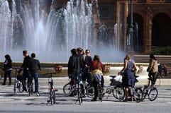 Rowerzyści przed fontanną Obraz Stock