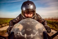 Rowerzysta ściga się na drodze obrazy royalty free