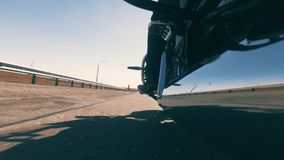 Rowerzysta śpieszy się na jego motocyklu na szorstkiej autostradzie Zako?czenie zbiory