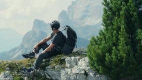 Rowerzysta bierze przerwę na śladzie zdjęcie wideo