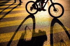 Rowerzysta, cyklista na skrzyżowaniu w mieście/ Zdjęcia Stock
