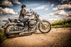 Rowerzysta dziewczyna Harley Sportster i rower Obrazy Royalty Free