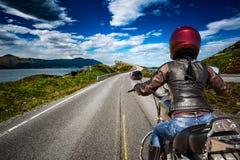 Rowerzysta dziewczyna jedzie halną drogę w Norwegia oceanu Atlantyckiej drodze Obrazy Stock