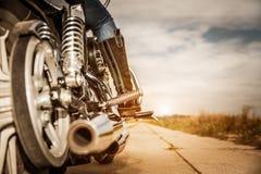 Rowerzysta dziewczyny jazda na motocyklu zdjęcie stock