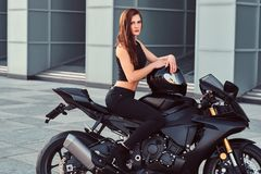Rowerzysta dziewczyny obsiadanie na jej superbike outdoors fotografia royalty free