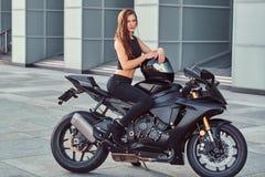 Rowerzysta dziewczyny obsiadanie na jej superbike outdoors obrazy royalty free