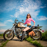 Rowerzysta dziewczyny obsiadanie na motocyklu obraz stock