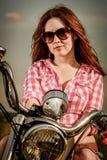 Rowerzysta dziewczyny obsiadanie na motocyklu obrazy stock