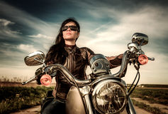 Rowerzysta dziewczyny obsiadanie na motocyklu Obraz Royalty Free