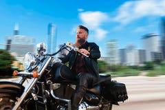 Rowerzysta jazda na siekaczu, pejzaż miejski na tle zdjęcie royalty free