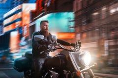 Rowerzysta jazda na siekaczu przez nocy miasta fotografia stock