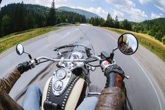 Rowerzysta jedzie jego motocykl na otwartej drodze fotografia royalty free