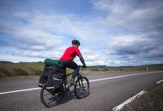 Rowerzysta jedzie na drodze przy pogodnym letnim dniem w Iceland Podróży i sporta obrazek obraz stock