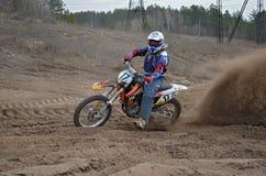 Rowerzysta jedzie na piaskowatym śladzie z wielkim pióropuszem piasek Zdjęcia Royalty Free