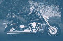 Rowerzysta kobieta z motocyklem na drodze Fotografia robić w duotone zdjęcia stock