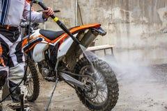 Rowerzysta myje motocykl obrazy stock