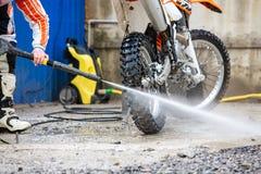 Rowerzysta myje motocykl obraz stock