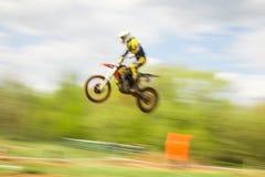 Rowerzysta na motocross skoku w ruchu Obraz Royalty Free