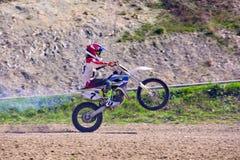 Rowerzysta na motocykli/lów wyczynach kaskaderskich podczas gdy jadący na tylni koła bocznym widoku fotografia stock