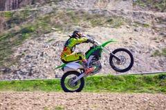 Rowerzysta na motocykli/lów wyczynach kaskaderskich podczas gdy jadący na tylni koła bocznym widoku zdjęcia stock