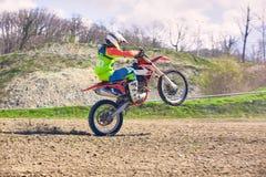 Rowerzysta na motocykli/lów wyczynach kaskaderskich podczas gdy jadący na tylni koła bocznym widoku obraz royalty free