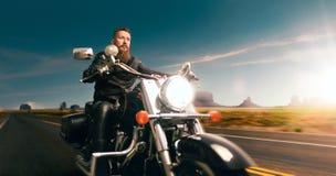Rowerzysta na siekaczu, nocy drogowa przygoda w dolinie obraz stock