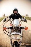 Rowerzysta na wiejskiej drodze obraz royalty free