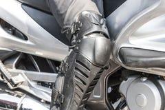 Rowerzysta ochrona golenie dla bezpieczeństwa jechać motocykl i kolana obraz royalty free