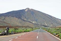 Rowerzysta odpoczywa na drogowy prowadzić w kierunku Pico Del Teide Obrazy Royalty Free