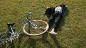 Rowerzysta Odpoczywa na trawie zbiory wideo